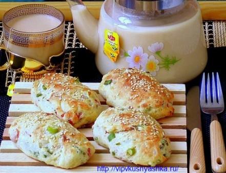 Булочки для завтрака с ветчиной и зеленым луком