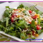 Легкий салат с руколлой, помидорами и кукурузой