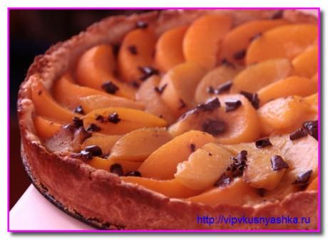 Пирог с персиками и шоколадной крошкой