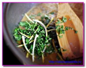 добавляем в сковородку зелень