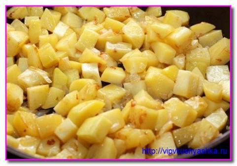 нарезанную картошку отправляем к луку