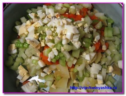 режем овощи и яйца