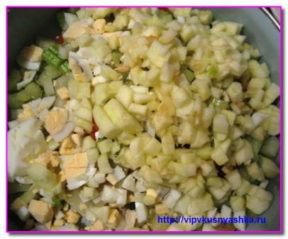 добавляем в салат яблочко