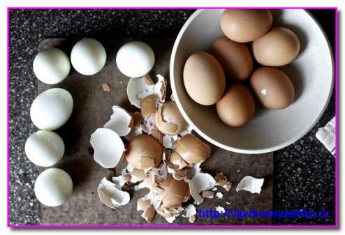 очищаем яйца от скорлупы