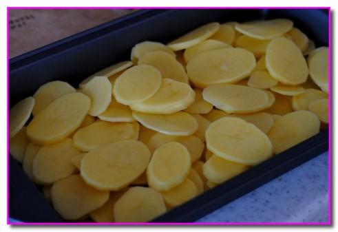 укладываем картофель в противень