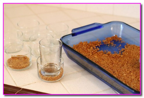 раскладываем крошку печенья по креманкам