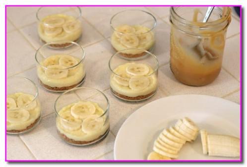 выкладываем слой крема и бананов