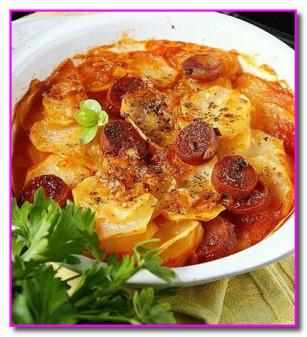 Картофельный гратен с паприкой и колбасками