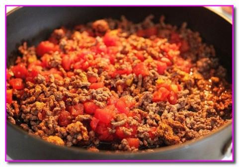 добавляем приправу и томаты