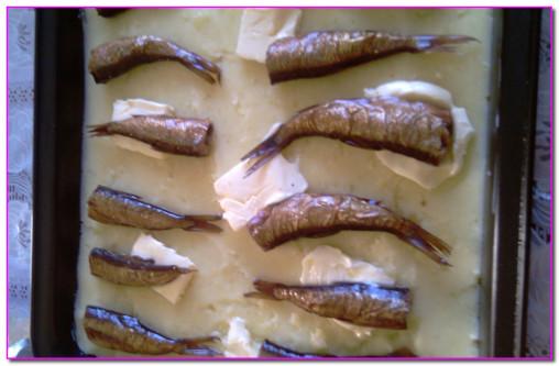 выложить на противень картофель и шпроты