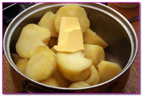 к готовому картофелю добавить сливочное масло